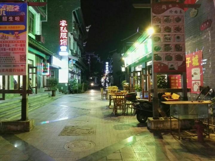 荔波古镇是一个人为打造的地方,不是什么古镇古镇,基本都是现在建起来的,以吃喝饮食为主,辅以其他的商业。