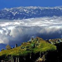 鸡公山大峡谷,鸡公山地势险峻,景色独特。这里主要是早上的云海尤为著名,鸡公山的怪石和耸立的山间屹立在云海中,令游客叹为观止。