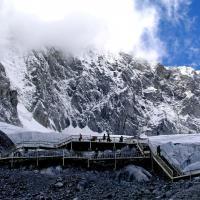 """玉龙雪山,玉龙雪山在纳西语中被称为""""欧鲁"""",意为""""天山""""。其十三座雪峰连绵不绝,宛若一条""""巨龙""""腾越飞舞,故称为""""玉龙""""。又因其岩性主要为石灰岩与玄武岩,黑白分明,所以又称为""""黑白雪山""""。是纳西人的神山,传说纳西族保护神""""三朵""""的化身。"""
