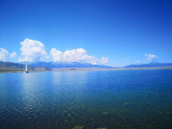 赛里木湖,新疆真是个好地方,7月份到新疆自驾游是最明智的选择,这里的赛里木湖,又一次让我爱上了新疆这个地方,这湖没有九寨沟那么耀眼的碧水,但是这里的湖平静而清透的像美人鱼的眼泪一样温柔