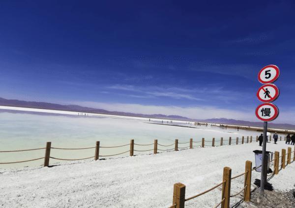 茶卡盐湖 我们到青海自驾游从青海湖到茶卡盐湖只需要两小时,坐景区小火车进去,能节省力气到最美的盐湖中心去玩,踩在盐湖里虽然有点烧脚但是心情贼好
