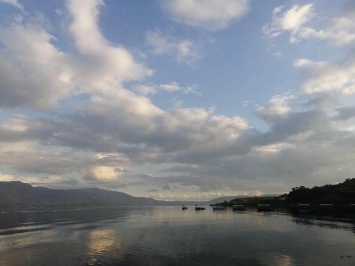 抚仙湖湖水很蓝很蓝,可以自驾环湖,一个多小时,非常棒的体验。当地人也非常好。水很美,非常适合度假旅游、旅拍摄影。那湖水多彩,还有帆船基地、潜水、世界古生物群博物馆,都值得一观