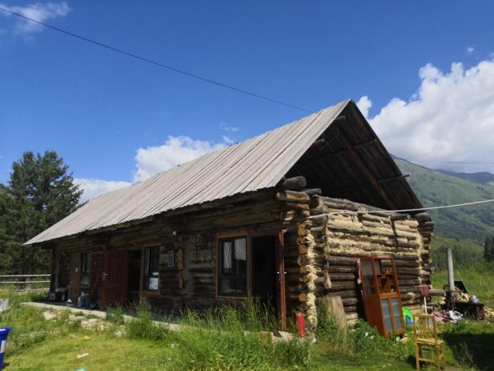 禾木村的自然风光只此处可觅。开发有些过度,家家都是旅馆,已找不到十几年前深山中静谧人家的独特景观。