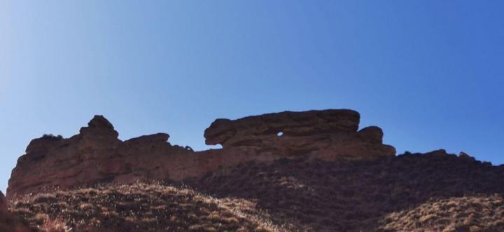 平山湖大峡谷 从张掖市区自驾游到平山湖大峡谷五十多公里,一小时能到达,从张掖七彩丹霞景区自驾游到平山湖大峡谷一百公里,一小时四十分钟到,都很便利