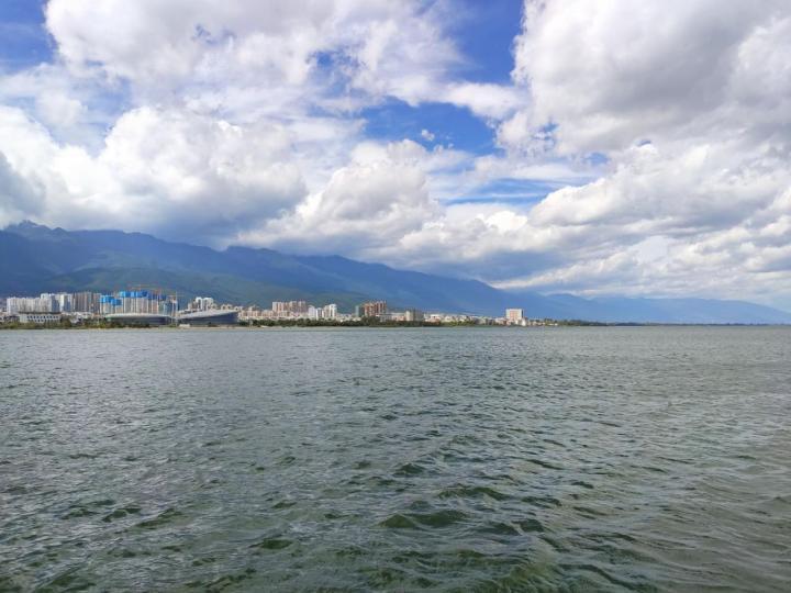 洱海的美不同于真正大海的广阔,而是群星捧月一样,山体围城环形将洱海环抱其中,蓝天白云让海天一色的洱海湖泊呈现出它专属的美,洱海边有农户们的田地,骑车环海才是洱海的正确打开方式