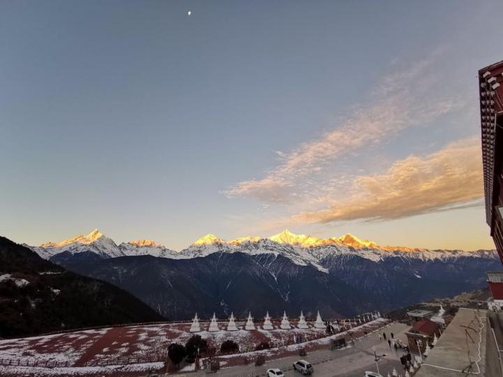 梅里雪山作为藏区神山,是很多人向往之地,从迪庆自驾游到梅里雪山一百七十公里,三个半小时车程,观景台上四千多的海拔,看着不远处六千多海拔的梅里雪山,常年积雪不化,日照金山的震撼