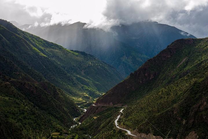 觉巴山海拔3940米是它的垭口的海拔高度,山脚下海拔一千多,让自驾游翻越觉巴山的盘山公路变得无比艰难,路的两边,是崖壁和悬崖,只有山顶的风景才能消灭我们上山的疲惫