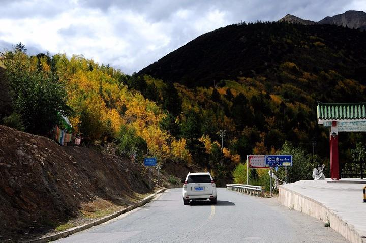 川藏线觉巴山是从四川进西藏后的一座山,自驾游沿着山下,蹒跚到山上,蜿蜒盘旋的山路,减慢的我们的车速,后排的乘客也可以借机,欣赏山麓的美