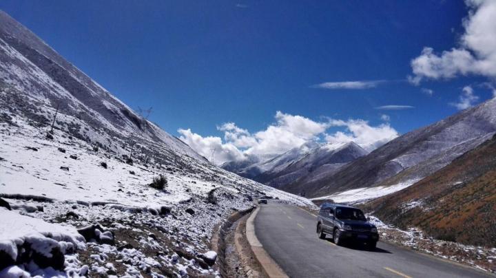 东达山垭口五千的海拔,让到达这里自驾游的游人们感受到东达山的能量,垭口空气稀薄,稍有大动作都有可能呼吸不畅,只有乖乖的欣赏,路过