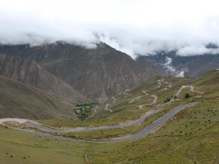 七十二道拐,西藏自驾游川藏线七十二道拐是西藏自驾游路过的一道必经风景线,弯确实很多。拐的都会让你怀疑人生。这些拐又急又陡不说,大多是U型弯。每个拐都是鬼门关,一不小心, 怒江 就在下面等着你,令人望而生畏,每年都有车辆翻下山,