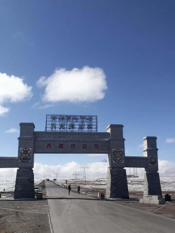 唐古拉山口 唐古拉山是网上博主明星自驾游西藏的打卡地。这是青海和西藏的交界处。经过这里,真的可以进入西藏,这里的风景也很好。这是青藏线最高的地方,海拔5231米。很多人停下来拍照!