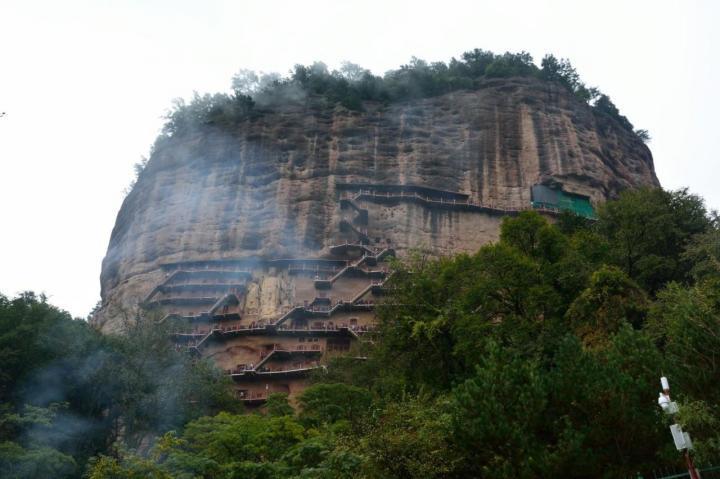 麦积山石窟被天水市民们将这里保护完好,这个沿着山壁修建的石窟让这个景点充满了神秘与好奇。石窟周围被生机盎然的绿色簇拥着。所以到甘肃自驾游来一趟麦积山石窟是值得的