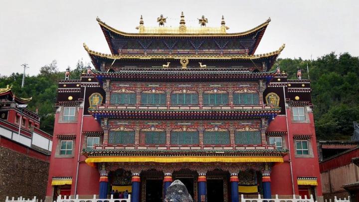 塔尔寺,塔尔寺是先有塔,后有寺,故名塔尔寺。塔尔寺是 中国 藏传佛教格鲁派六大寺院之一,是 中国 西北 地区藏传佛教的活动中心,在 中国 及 东南亚 享有盛名,香火极旺。我们请了一位讲解员,讲解中多次提到若是想到该寺供奉并不是有钱就能办到的,要排队,还说某个等级的供奉已排到十年以后了。塔尔寺在众多信徒心中的地位可见一斑。