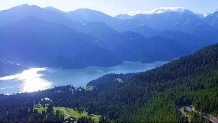 天山天池,特别喜欢的地方。如果是大晴天,天山天池的景色就更好啦。就是公共交通不太方便,总体来说宁静致远,悠闲舒适,还会再来
