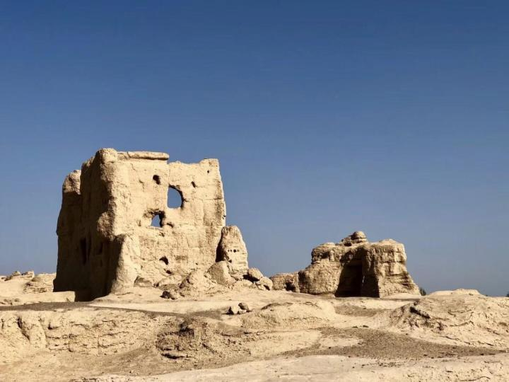交河故城在吐鲁番市雅尔乡,从吐鲁番市区自驾游到交河故城的话,半个小时就到,这里能见到两千多年前的西域都城所在的痕迹