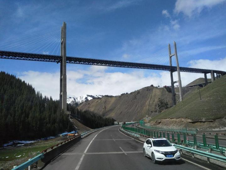 果子沟大桥在新疆的大好河山之下,被衬托的更加迷人,作为我国的第一座双塔双索面钢桁梁斜拉桥,伫立在这片土地上,展示了真正的大国工程