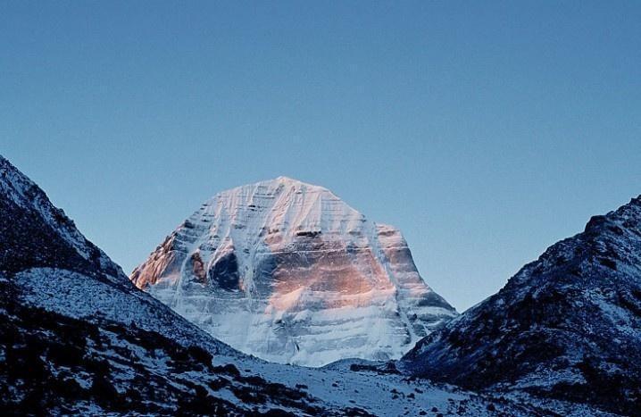 冈底斯山脉,冈底斯山脉是中国青藏高原主要山脉之一。同行小伙伴说海拔有六千多米,这里是中亚和东南亚各地人们仰慕、朝圣和旅游的圣地,沿着这座山的路线有很多具有文化特色的景点。