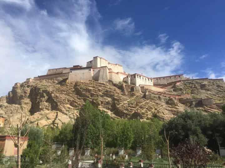 江孜宗山古堡,藏语宗意为城堡、要塞,也是原西藏地方政权县级行政单位的名称。宗山并不高,只有100多米。但江孜周围地势平坦,宗山就显得鹤立鸡群,很有军事意义。加上江孜的海拔已经超过4000米,爬上宗山并不容易。