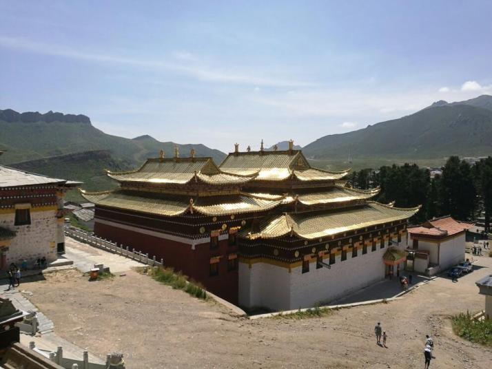 郎木寺这个寺庙是跨越了四川和甘肃两省的寺庙,所以里面分成两个寺,格尔底寺和塞赤寺,两个寺组成一体,郎木寺住宿不算好,但是这里的体验很神奇