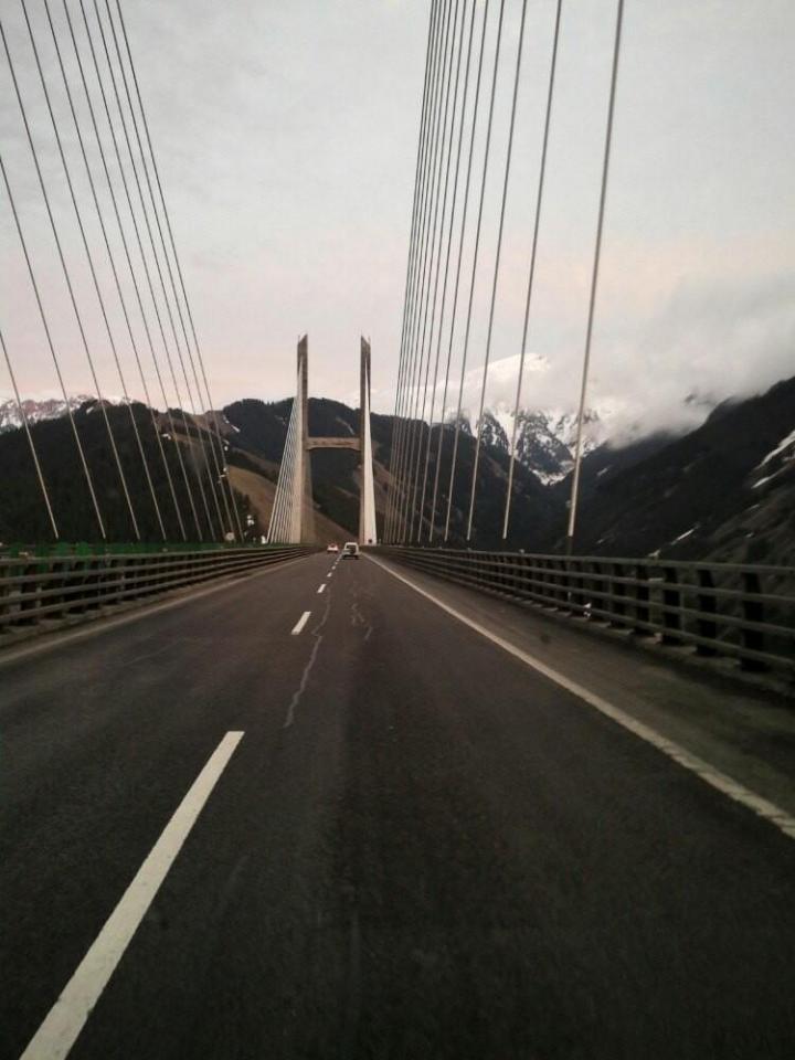 果子沟大桥,果子沟历史上就是伊犁通往内地的重要通道,果子沟大桥路段以其盘旋时设计,克服超过百米的高差,形成通关边境的高速公路,
