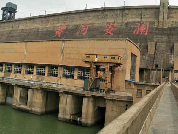三门峡大坝是黄河第一个水坝,水坝连接了山西和河南两地,适合自驾游,水坝带来的湖泊,让两地的青山变的更青,湖水的出现也让当地的环境变得更好