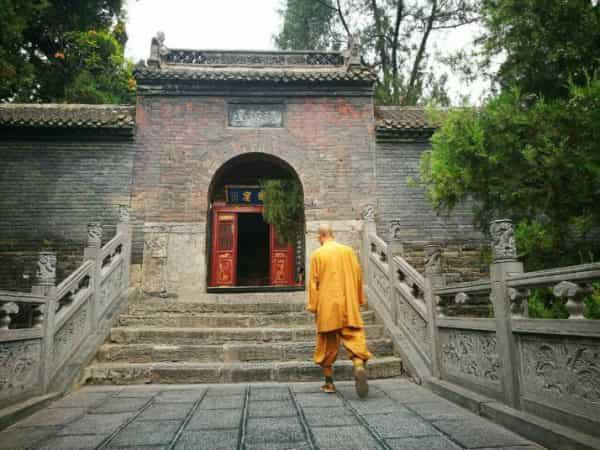 洛阳白马寺建于东汉年间,这里是第一个由中国官方认可办理的寺庙,这里也是佛教在我国历史上发展的证明,白马寺里各种各样风格的佛教建筑都是对佛教的极大的认可,也是佛教历史的一大成就