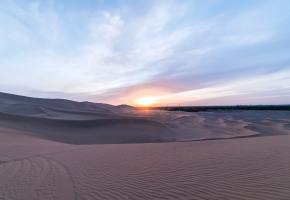 """毛乌素,蒙古语意为""""坏水"""",地名起源于陕北靖边县海则滩乡毛乌素村。自定边孟家沙窝至靖边高家沟乡的连续沙带称小毛乌素沙带,是最初理解的毛乌素范围。由于陕北长城沿线的风沙带与内蒙古鄂尔多斯(伊克昭盟)南部的沙地是连续分布在一起的,因而将鄂尔多斯高原东南部和陕北长城沿线的沙地统称为""""毛乌素沙地""""。"""