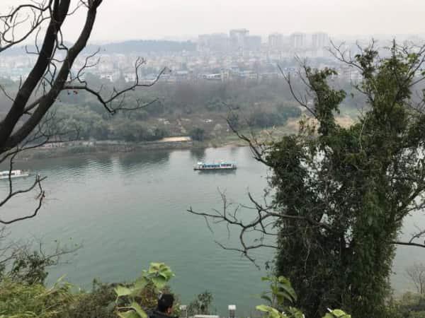 象山景区在桂林市象山区是当地重要的旅游资源,到桂林自驾游的话,除了桂林山水值得去之外,就要去这里了,景区里的山确实像一头大象一样,码头湖边会有水鸟,给人一种人与动物同在的和谐画面