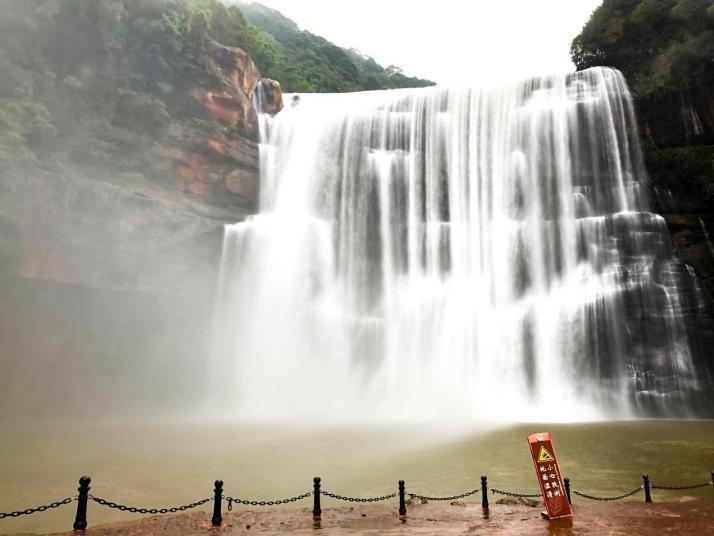 贵州赤水的赤水大瀑布最让人深刻的是,每个景点瀑布都会有二维码可以介绍景点,景区面积较大,景区里有观光车,还有电梯可以选择,自驾游的话需要把车停在景区停车场