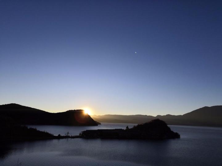 泸沽湖里格岛是在泸沽湖景区里的一个岛,泸沽湖的水是真的美,环湖自驾游随便在一个高地往湖里看,都是清澈里带着绿