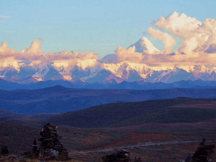 高尔寺山黑石城位于甘孜州雅江县祝桑乡高尔寺山上,山顶海拔四千多位于青藏高原和四川盆地之间,衔接过度的作用