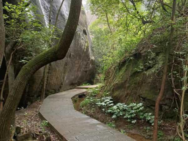 飞天山国家地质公园自驾游要把车停景区门口,里面的寨堡丹霞和顶部趋近平缓的山体岩层有它独特的美丽,里面还有神奇的悬棺等着去探秘