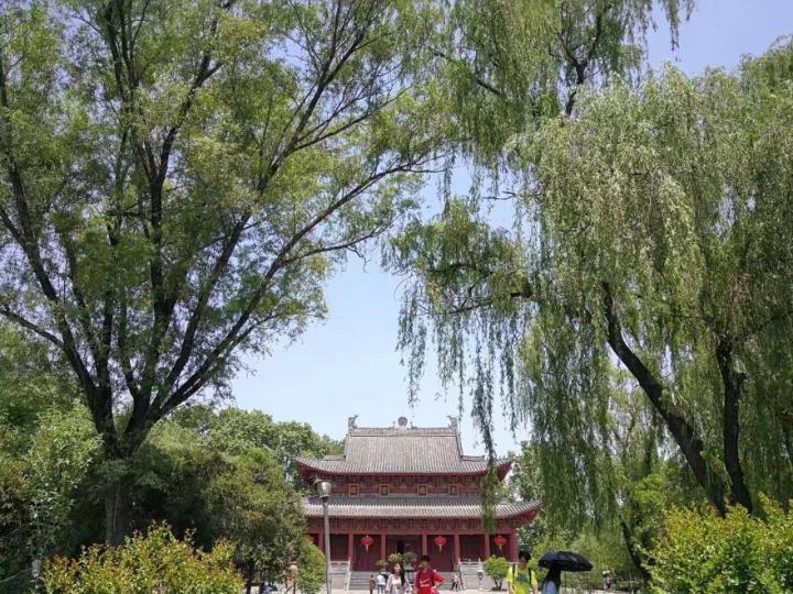 白马寺,这里每年有很多游客过来参观,里面出了白马庙,还有一些藏族特色的建筑群,建筑群的特色保存的非常完整。洛阳白马寺门票也不贵,建议大家自驾游过来玩。