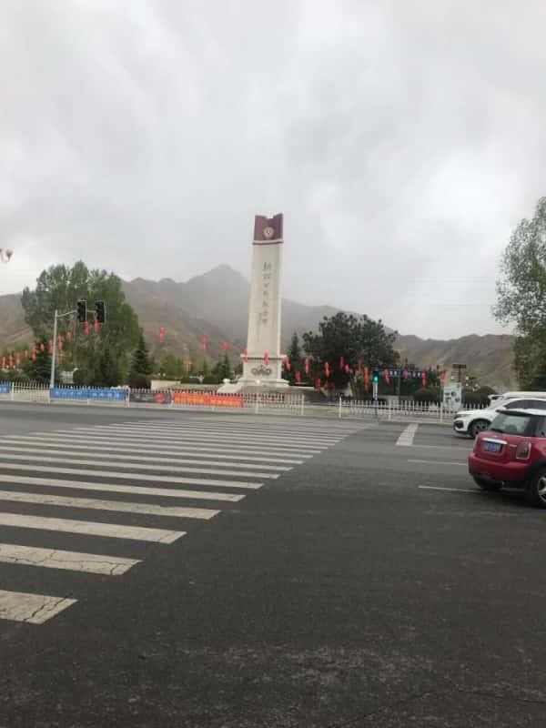 青藏川藏公路纪念碑在国道318终点,是为了纪念青藏公路和川藏公路通车30周年,同时铭记中国人民解放军的光辉业绩和伟大牺牲而建造。这块碑背后承载着的是无数为了青藏川藏公路建造而付出的人