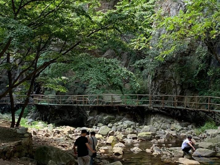 九龙潭景区在兴隆县城南,是个自驾游圣地。九龙潭景区里的步道两旁春暖花开,湖是由天然堰塞湖自然形成。坐在竹筏上,可以欣赏沿途喀斯特地貌自然形成的各种风景,感叹大自然的鬼斧神工。