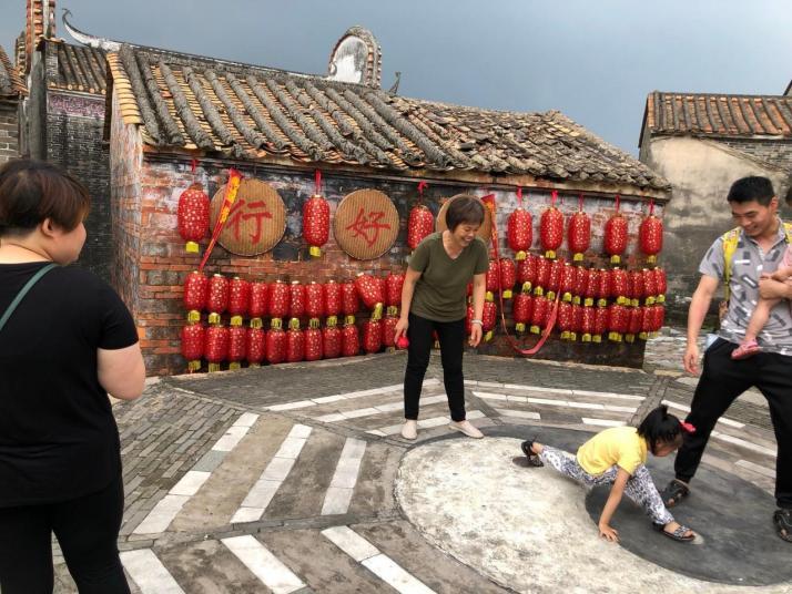 黎槎古村落是在肇庆高要市回龙镇北面的黎槎岗上,拥有七百年历史,这里的房屋都建在山上,听当地人说是因为村里没有水利工程,导致每年涨水的时候山下总会被洪水淹没,所以大家都搬到山上住,也形成了今天的特色。