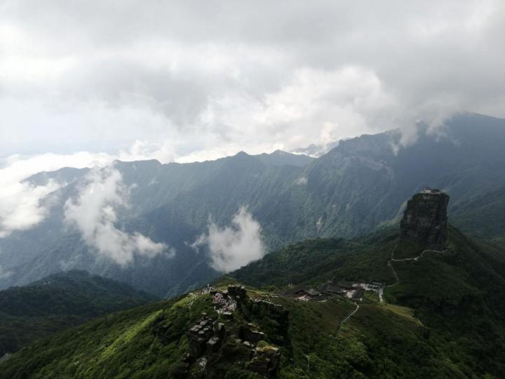 去梵净山之前一定要看看梵净山天气预报,不然遇上下雨天去爬梵净山,虽然你能走上宽阔无人的道路,你也能体验人在云海里爬山的状态,但是你不能看到山顶最美的时候,所以有下次有机会我还要去梵净山,我们自驾游选个天气晴朗的日子