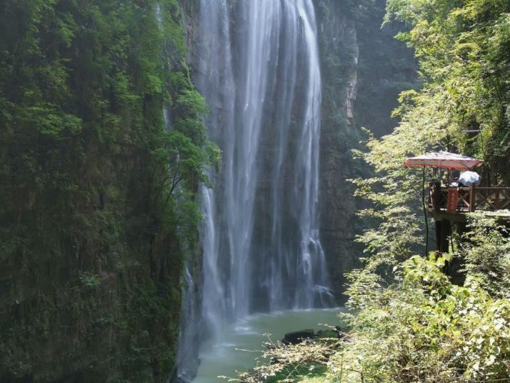 三峡大瀑布的水流量不大,但是瀑布的落差高达一百多米,被誉为我国十大瀑布之一,景区里也不止一处瀑布,除了最大的瀑布之外,沿途到处大大小小分布了好几个小瀑布,而最大的瀑布在最后就像是故意压轴一样。
