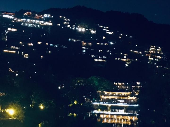 从贵州黔东南自驾游到西江千户苗寨三十多公里,五十分钟就到,这里居住了六千多户苗家人是一座活生生的苗家博物馆,一个山头的吊脚楼,层层叠叠和梯田相互辉映。