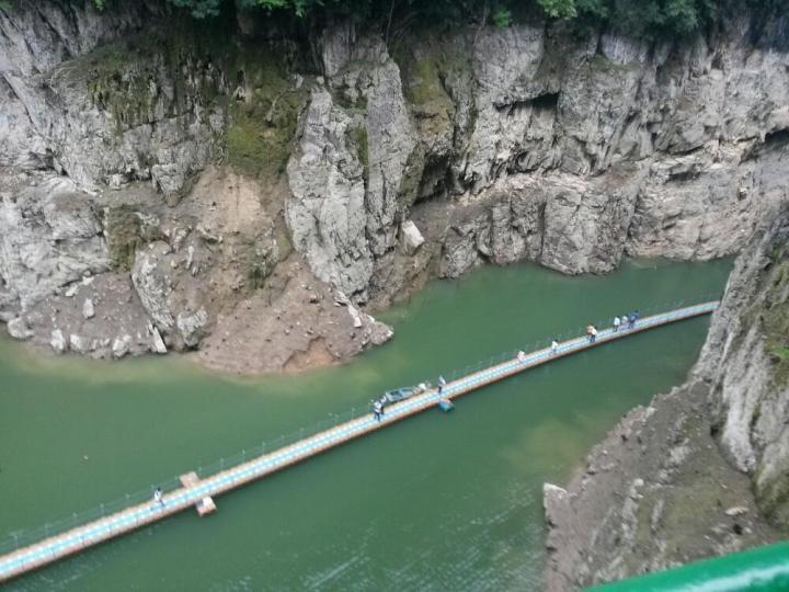 九畹溪主要是玩漂流,我们是一家人自驾游开车来的,我们先到终点,然后坐车去上游,漂流会经过喀斯特地貌,能见到峡谷,九畹溪的溪水倒影着群山,被划过的小舟划破泛起层层涟漪。