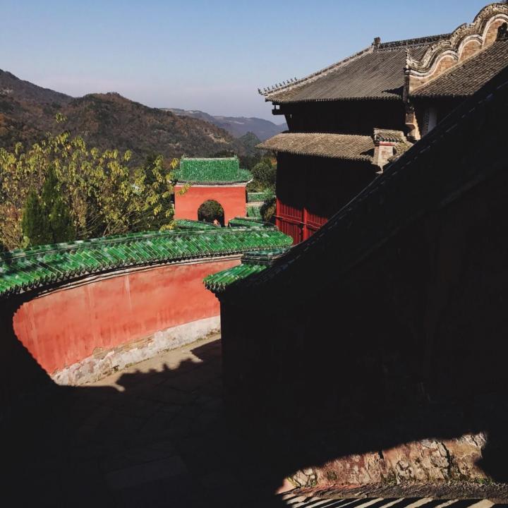 复真观是湖北十堰武当山上最大的道观,从武汉到武当山自驾游开车四小时三十分钟,全程四百多公里,复真观外围是环绕着醒目的红墙壁,这里也是众多香客求神拜佛的地方。
