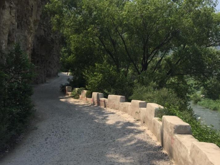 幽州峡谷位于北京是门头沟,自驾游一百公里,三小时到峡谷,峡谷沿着永定河裂,上游坡度大水流急促,下游地势平缓水流也缓慢,沿着峡谷从下而上,从上而下都是不错的绿道。