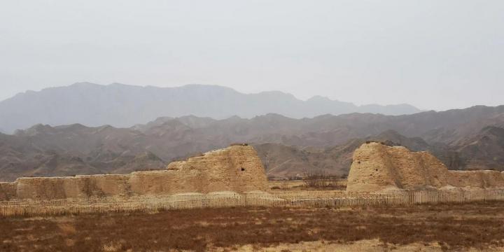 宁夏西夏王陵距离市区二十公里,自驾游半个小时,这里是西夏帝王的陵墓,也是我国目前最完整的西夏帝王陵之一,这里能了解到西夏的文化,还能见到贺兰山的风景。