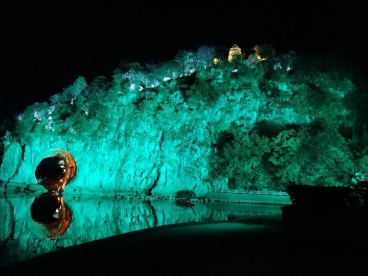 象山景区,这里收费门票白天和晚上不一样,洞口有个镂空的洞使得整个山是大象的形状,因此得名象山,我自己猜测的。洞里面颜色多变,很适合夏天避暑游玩。