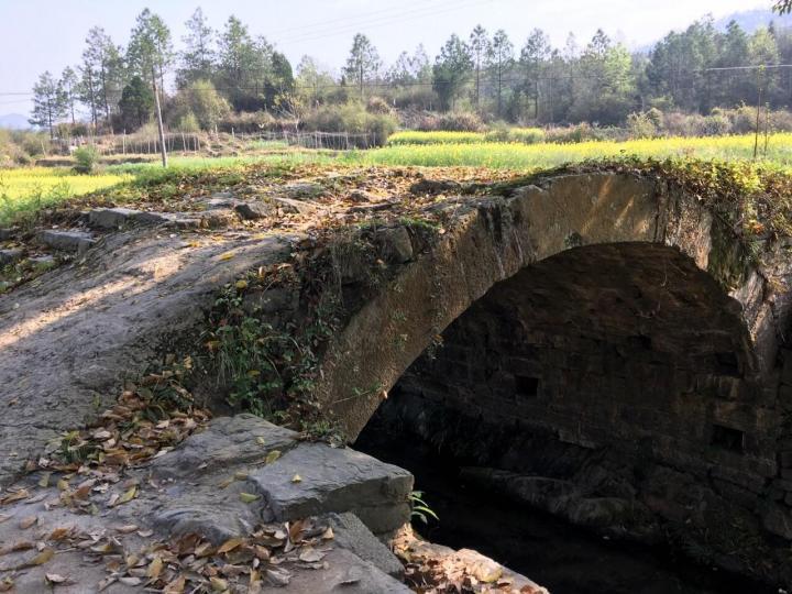 南溪古寨是安徽池州东至县的景点,自驾游两小时,这里的古寨大都是古时候匈奴的后代,景区里很多老建筑也能让人闻到岁月的印记。