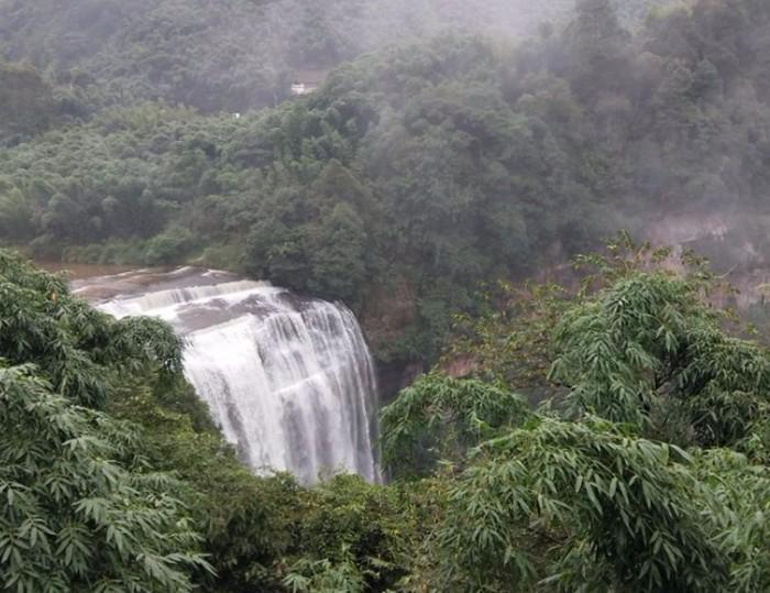 赤水大瀑布,赤水大瀑布门票每人90元,气势磅礴啊,比黄果树瀑布还高8米,丝毫不输于黄果树瀑布。大瀑布在景区尽头,可以沿水边徒步,一路风景不错。不想走太多路路好像也可以坐一段观光车。