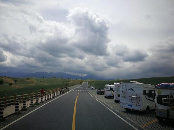 江布拉克是新疆昌平州的AAAA景点,自驾游可以将车开进景区露营,只需要给一百的门票,这里露营别有一番体验,茫茫的草原,远处吃草的牛羊和正在露营的我们。