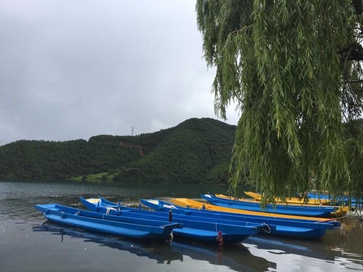泸沽湖里格岛,泸沽湖大部分当地人还保留着走婚的习俗。里格岛是泸沽湖风景最优美的地方,所以很多游客争相再这里住宿,不管是平时还是旺季,建议网友提前预定,不然很难住到里格岛的酒店。
