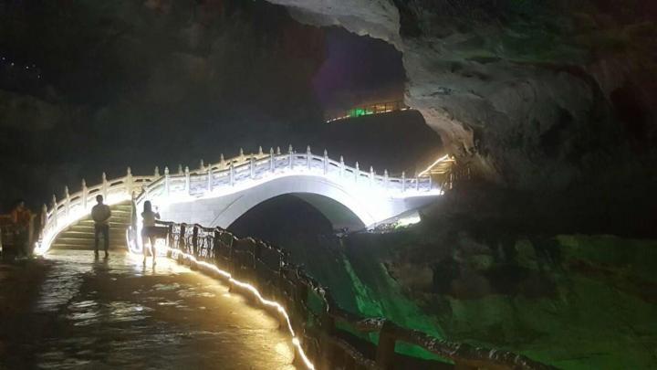 广州清远市连州市的连州地下河是个AAAAA的景区,但是从广州开车自驾游要四个小时,靠近湖南边界。地下有千年钟乳石,有幽暗的洞穴,和窸窸窣窣流水的暗河,星罗棋布散在洞穴里。