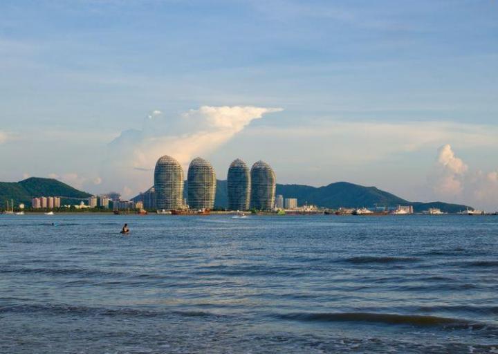三亚湾度假区从市区自驾游过去20公里,三十分钟,三亚湾度假区最值得一看的就是夕阳的时候,黄光洒下大地,一片金黄灿灿的幸福时光。